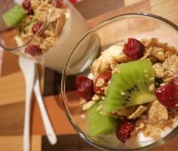 Bicchierini di yogurt con frutta e cereali