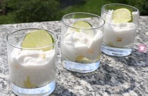 Bicchierini di mousse all'ananas